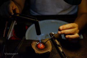 Người lưu giữ nghề chạm bạc truyền thống giữa lòng Hà Nội