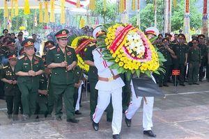 Cựu chiến binh dâng hương tại Nghĩa trang Liệt sỹ quốc gia Vị Xuyên