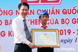 Bộ GD-ĐT tặng bằng khen cho 'học sinh dọn rác'