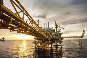 Giá dầu thô tiếp tục giảm, tồn trữ dầu thô tăng trở lại