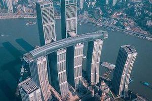 Tòa nhà nằm ngang vắt giữa các cao ốc chọc trời