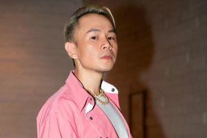 Diện 'cây' hồng, Binz càn quét sân khấu live đầu tiên của 'Bigcityboi'