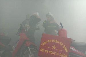 Nhanh chóng tìm kiếm cứu nạn người mắc kẹt trong tình huống cháy giả định ở làng Ngọc Hà