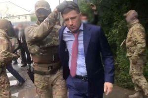 Bắt thống đốc vì tội 20 năm trước, Kremlin nắn gân quan địa phương
