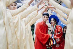 Cô dâu khoác áo Nhật Bình, chú rể diện áo tấc trong đám cưới