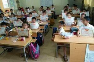 Bộ GD-ĐT nói gì về bức ảnh học sinh duy nhất không có giấy khen