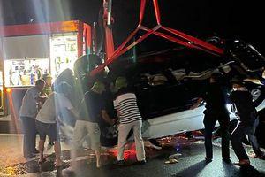 Ô tô lao xuống biển khiến 4 người thương vong