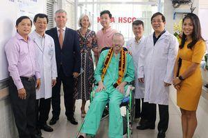 Bệnh nhân phi công Anh tươi cười ra viện, gửi lời nhắn 'cảm ơn Việt Nam'