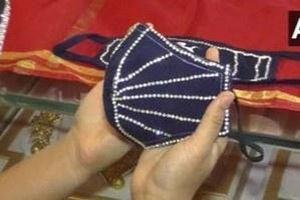 Mua khẩu trang đính kim cương giá nghìn USD để đi đám cưới
