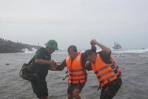 Cứu hộ 19 thuyền viên gặp nạn trên vùng biển Bạch Long Vĩ