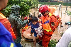 Hãi hùng mưa lũ Trung Quốc, nguy cơ vỡ 14 đê ở Giang Tây