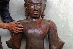 Người dân hiếu kỳ 'đổ xô' về cúng bái bức tượng lạ được phát hiện dưới ruộng lúa