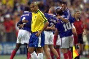 Ngày này năm xưa: Ronaldo 'béo' bất lực nhìn Zidane lên đỉnh thế giới