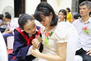Học sinh Hưng Yên ghi dấu trưởng thành với thông điệp ý nghĩa từ nến và hoa hồng