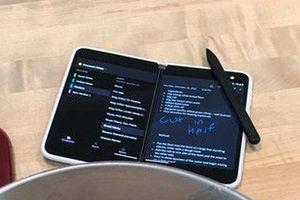Sếp Microsoft vô tình hé lộ hình ảnh ngoài đời của Surface Duo cùng bút Surface Pen
