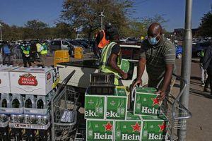 Nam Phi lại cấm rượu, bia để chống Covid-19