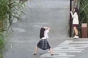 Chụp ảnh sống ảo cho bạn, cô gái bất ngờ bị soi dáng đứng