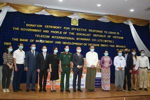 Trao quà ủng hộ của Chính phủ Việt Nam cho Myanmar trong phòng chống đại dịch Covid-19