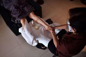 Khẩu trang và giãn cách COVID-19 khiến Massage Thai 'hụt hơi'