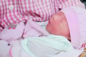 Cứu bé sơ sinh tím tái, suy hô hấp vì đẻ rơi trên taxi