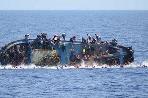 Tàu biển gãy đôi, 9 thuyền viên rơi xuống biển