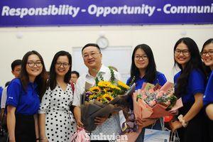 Hiệu trưởng sinh viên được hiệu trưởng trường đại học vinh danh