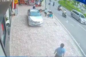 Dùng dao, bình xịt hơi cay tấn công người đi bộ để cướp điện thoại
