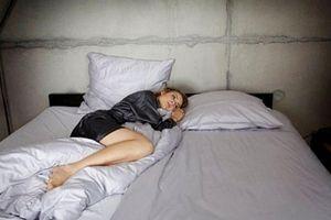 Chồng chỉ nằm mép giường, tôi có nên ngoại tình?