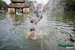 Bể bơi nghìn năm tuổi của trẻ em ngoại thành Hà Nội