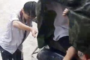 Khen thưởng hai học sinh đội mưa đẩy xe giúp người đi đường trong mưa ngập