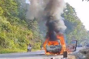Xe ô tô 5 chỗ cháy rụi khi đang lưu thông trên đường