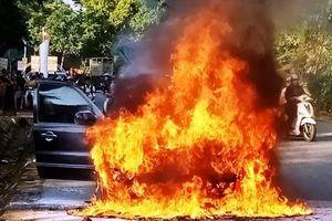 Ô tô bất ngờ bốc cháy, 4 người nhanh chân lao ra khỏi xe thoát thân