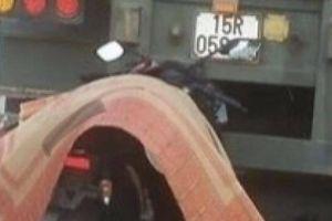 Đâm đuôi xe đầu kéo đỗ ven đường, nam công nhân đi xe máy tử vong tại chỗ