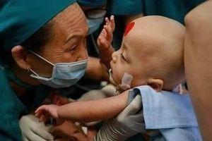 Cộng đồng mạng vỡ òa niềm vui khi ca phẫu thuật tách dính 2 bé song sinh thành công kỳ diệu: 'Mong 2 con mọi điều tốt lành'
