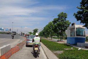 Ô tô vô tư chạy vào làn xe máy