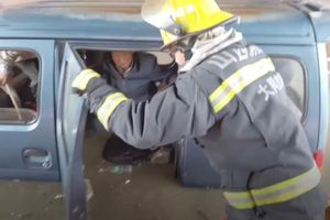 Giải cứu 4 người cao tuổi mắc kẹt bên trong chiếc xe giữa dòng nước lũ