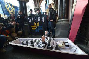 Ai gửi quan tài dọa giết các thống đốc ngân hàng trung ương Ukraine?
