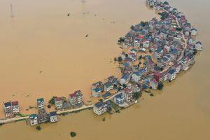Lũ lụt tồi tệ nhất 30 năm ở Trung Quốc, binh sĩ tức tốc xây đê chắn lũ