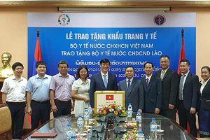 Bộ Y tế Việt Nam tặng Bộ Y tế Lào 200 nghìn khẩu trang y tế
