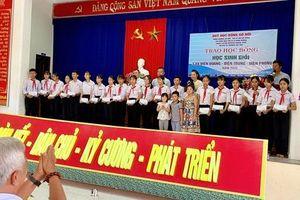 Jennifer Phạm trao học bổng cho học sinh xuất sắc tại Quảng Nam