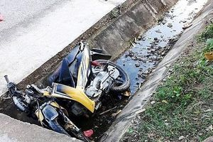 Xe máy mất lái lao xuống mương nước, 2 anh em tử vong