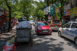 Hà Nội: Rác thải tràn ngập nội đô, gây ùn tắc giao thông