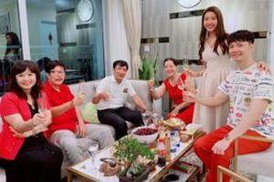 Á hậu Thúy Vân khoe ảnh 2 bên gia đình hội họp thân tình