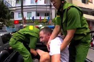 Khống chế người nước ngoài cầm hung khí đe dọa người đi đường