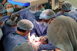 Phẫu thuật tách dính thành công, 2 bé song sinh bắt đầu quá trình hồi phục