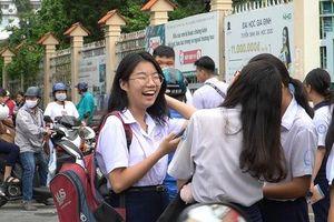 Kết thúc môn thi đầu tiên, thí sinh bước ra phòng thi với gương mặt rạng rỡ