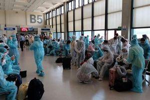 Kíp y tế đi cùng chuyến bay đón 116 công nhân mắc Covid-19 ở Guinea Xích Đạo về nước