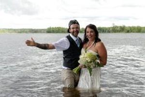 Một phút ngẫu hứng trong lúc chụp ảnh cưới, cô dâu chú rể cùng nhau rơi xuống sông