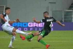 Ronaldo may mắn thoát thẻ đỏ sau tình huống phạm lỗi thô bạo với cầu thủ Sassuolo