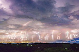 Ngoạn mục hình ảnh 50 tia sét xé rách bầu trời Mexico